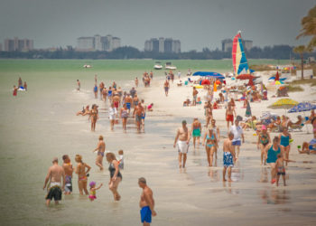 MustDo.com | Watersport activity on Gulf of Mexico at Fort Myers Beach, Florida