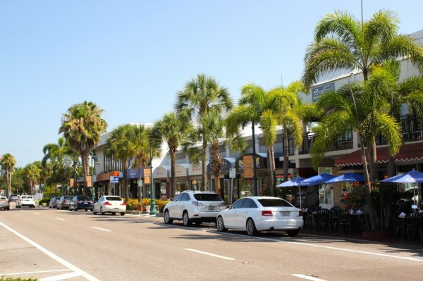 St. Armands Circle stores Sarasota, Florida USA. Must Do Visitor Guides, MustDo.com