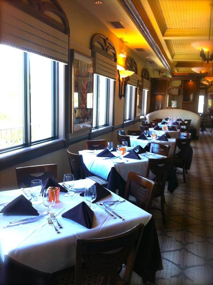 MustDo.com | Casually elegant dining room at Il Cielo restaurant on Sanibel Island, Florida