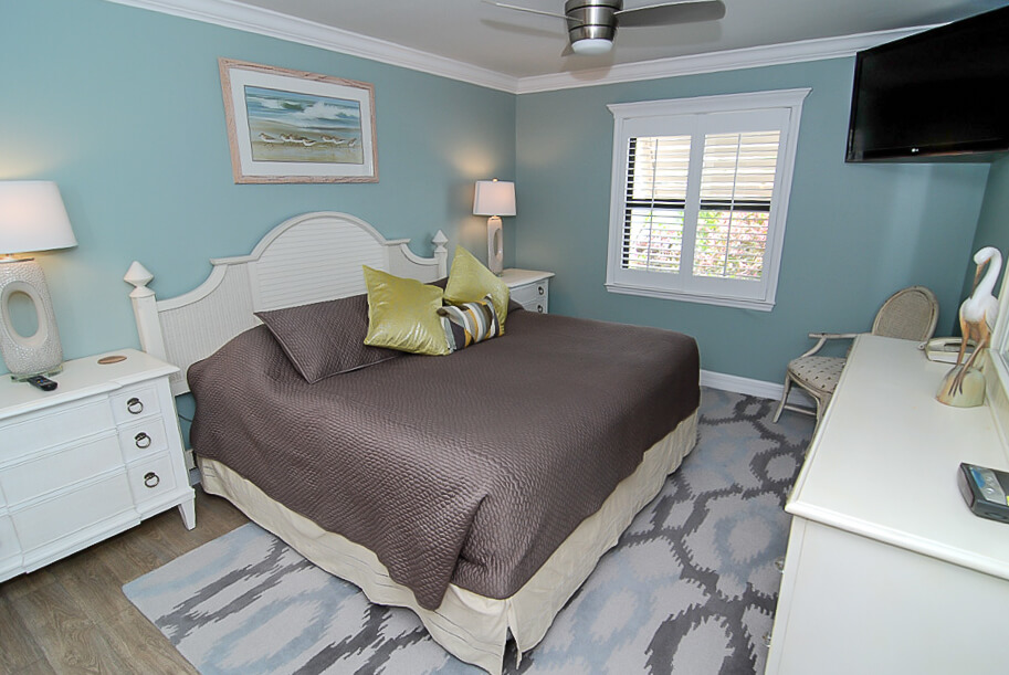 Sanibel Moorings resort on Sanibel Island, Florida is located just steps from the beautiful white sandy beach, the resort has luxury condo units with one, two, or three bedrooms.