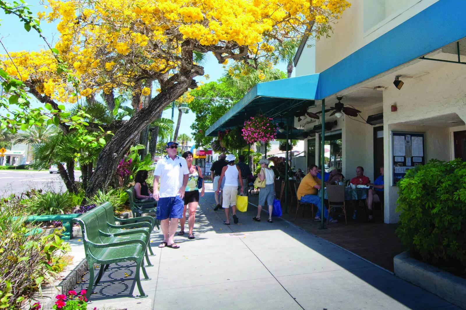 Shopping on St. Armands Circle in Lido Key Sarasota, Florida. MustDo.com